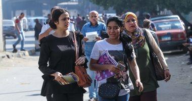 صور.. توافد طلاب الثانوية العامة بالقاهرة على اللجان لأداء امتحانى الكيمياء والجغرافيا
