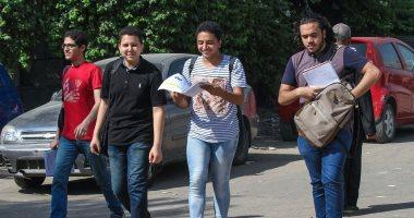 صور.. توافد طلاب الثانوية العامة على لجان السير  لأداء امتحان مادتى الكيمياء والجغرافيا