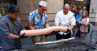صور.. مطعم أمريكى يصنع أكبر قطعة هوت دوج فى العالم للدخول فى موسوعة جينيس