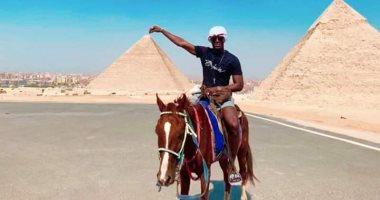 مدافع مانشستر يونايتد يستغل غيابه عن أمم أفريقيا ويزور منطقة الأهرامات