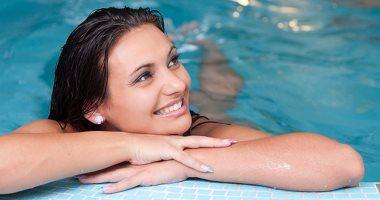 لو هتنزلى حمام السباحة ..5 نصائح للعناية بشعرك