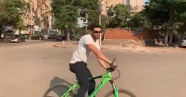 """فيديو..  حسن الرداد يتجول فى شوارع القاهرة """"على العجلة"""""""