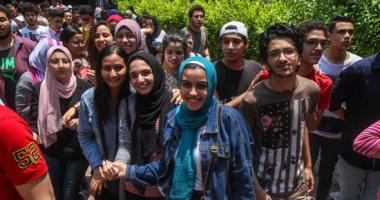صور.. اللغة الأجنبية الثانية تضفى البسمة على وشوش طالبات الثانوية العامة