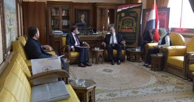 صور.. الأسد يهدى الرئيس الفلسطينى مصحفا مكتوبا بماء الذهب
