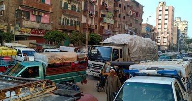 أهالى منيا القمح يشكون الزحام المرورى أمام موقف التلين بالمدينة (صور)
