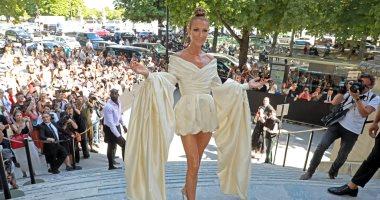 استوحى إطلالاتك في المصيف من دولاب سيلين ديون في أسبوع الموضة بـباريس