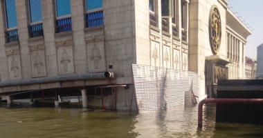 فيديو وصور.. إنقاذ شخص بعد تعرض مركب جولدز جيم بكورنيش النيل للغرق فى الدقى