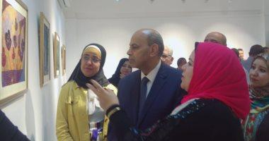 """صور.. رئيس جامعة المنيا يفتتح معرض """"رؤية طباعية بلقطات متعددة"""""""