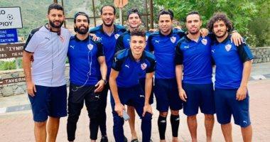 لاعبو الزمالك يؤدون صلاة الجمعة فى فندق الإقامة بقبرص