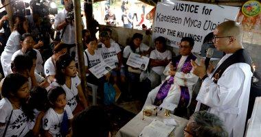 تشييع جنازة طفلة فلبينية استخدمها والدها كدرع بشرى للهروب من الشرطة