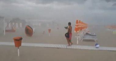 شاهد.. عاصفة قوية تجبر الناس على الهرب ركضاً بأحد الشواطئ الإيطالية