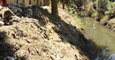 عدم التخلص من مخلفات تنظيف الترع بقرية بقنا يغلق الطريق أمام الأهالى