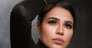 """المطربة أمينة تجسد مكالمة """"الخال عرفات"""" الشهير في فيديو جديد"""
