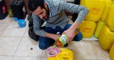 بيعمل من الفسيخ شربات.. قصة شاب يجمع زيت الطعام لإعادة تدويره بالمحلة