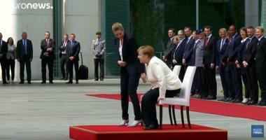 شاهد.. ميركل تخرق البروتوكول وتجلس خلال استقبال رئيسة وزراء الدنمارك
