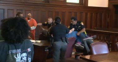 """""""حقى بدراعى"""" ..شقيقان يحاولان الفتك بقاتل والدتهما داخل محكمة أمريكية"""