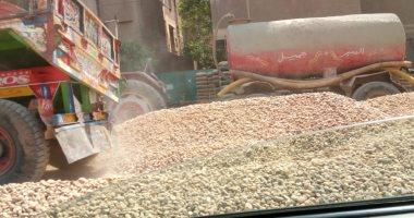 اضبط مخالفة.. غلق شارع رئيسى بمواد البناء يثير غضب المواطنين بالمحلة صور