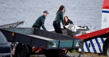 صور.. انتشال حطام طائرة تحطمت أثناء رحلة للقفز بالمظلات فى السويد