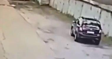 شاهد.. فتاة تحطم سورًا عند ركن سيارتها