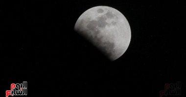 فيديو وصور.. يرى بجميع أنحاء مصر.. بدء الخسوف الجزئى للقمر