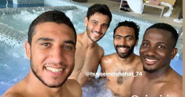 لاعبو الأهلى يستجمون فى حمام السباحة قبل العودة من إسبانيا