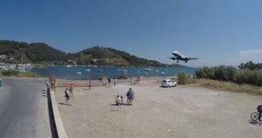 شاهد.. هبوط مخيف لطائرة قرب رؤوس سائحين فى اليونان
