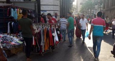 صور.. حملات لإزالة الإعلانات والإشغالات المخالفة بحى جمرك الإسكندرية