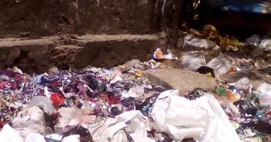 اضبط مخالفة.. القمامة تحاصر مدرسة مصطفى مشرفة الابتدائية بشبرا الخيمة
