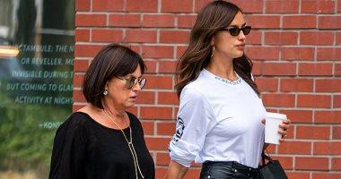 صور.. إيرينا شايك تتجول مع والدتها فى نيويورك