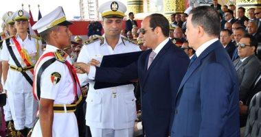 صور.. الرئيس السيسى يكرم أوائل كلية الشرطة دفعة 2019 بحفل تخرجهم