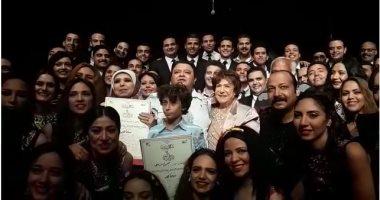 خالد جلال يكرم سميحة أيوب ومديحة حمدى عقب عرض مسرحية سينما مصر