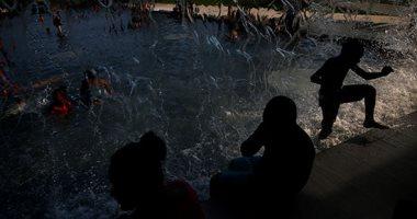 مواطنون أمريكيون يهربون من موجة الحر الشديدة باللعب فى الماء