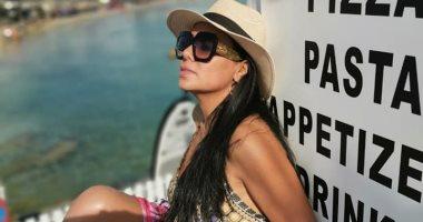 صور.. رانيا يوسف تستمتع بإجازتها أمام البحر فى اليونان