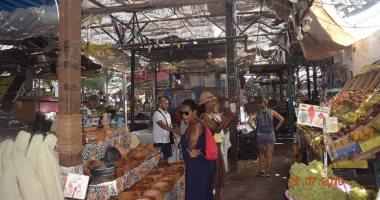 توافد السائحين لزيارة سوق الخضار بالغردقة.. صور