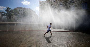 صور.. ارتفاع درجات الحرارة يدفع مواطنى أوروبا إلى الشواطئ