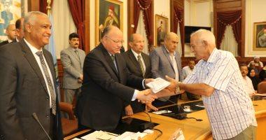 محافظ القاهرة يوزع تأشيرات حجاج الجمعيات الأهلية و100 سماعة أذن لضعاف السمع