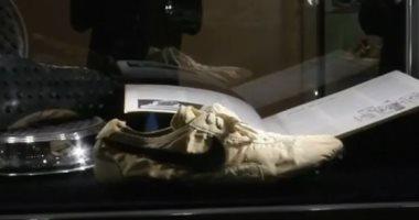 """شاهد.. """"حذاء القمر"""" يحطم رقما قياسيا ويباع بـ435 ألف دولار"""