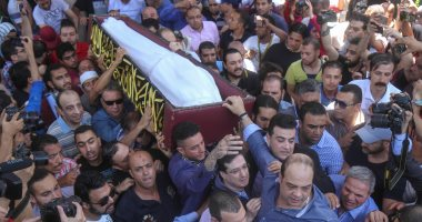 صور.. وصول جثمان فاروق الفيشاوي لمسجد مصطفى محمود استعدادا لصلاة الجنازة