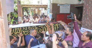 النجوم يشيعون جثمان الفنان الكبير فاروق الفيشاوى من مسجد مصطفى محمود