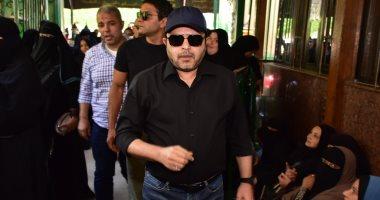 محمد هنيدى لأكرم حسنى بعد وفاة والده: ربنا يصبرك يا حبيبى