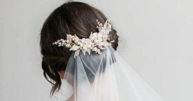 تسريحة شعر العروس .. لمسات ملكية بحبات اللؤلؤ وفروع الورد