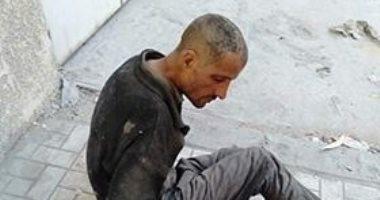 احنا معاك.. قارئة تشارك صورة لرجل بلا مأوى فى ميدان السيوف بالإسكندرية