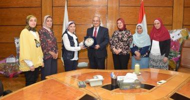 صور.. رئيس جامعة أسيوط يكرم أعضاء بنك الدم المركزى بالجامعة