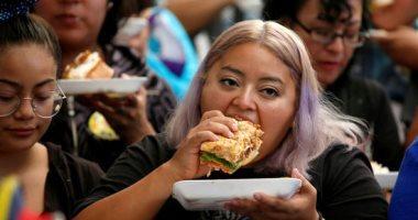 مئات الميكسيكيين يشاركون فى صنع أكبر ساندويتش فى العالم
