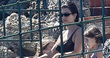 كورتني كاردشيان تقضى إجازة ممتعة بإيطاليا مع طفليها.. وتظهر بمايوه من fendi