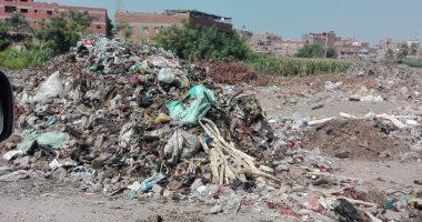 شكوى من تراكم القمامة فى مدخل أرض الكامب بالقناطر الخيرية