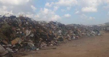 صور .. العبور الجديدة تحاصرها القمامة ودخان 24 ساعة