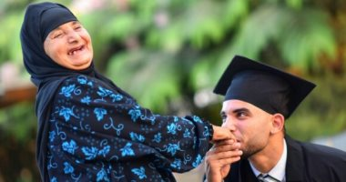 """صور.. طالب يفاجئ والدته بـ""""فوتوسيشن"""" تخرجه.. أحمد: بحاول أرد جزء من جمايلها"""