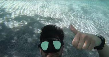 بايع نفسه.. مغامر أمريكى يسبح مع تمساح ضخم فى فلوريدا.. فيديو