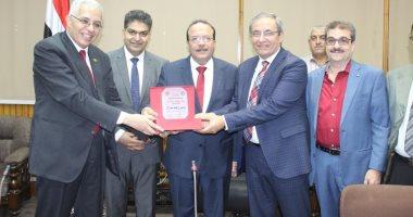 رئيس جامعة طنطا يكرم رؤساء أقسام كلية الطب بعد إتمامهم فترة رئاستهم